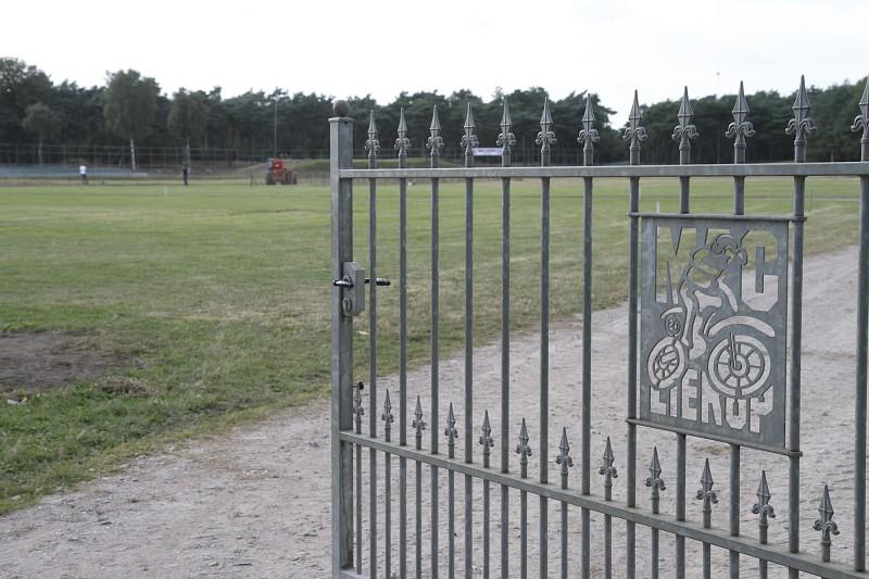 Een doorkijkje via de entree poort naar Circuit de Herselse Bossen van MAC Lierop